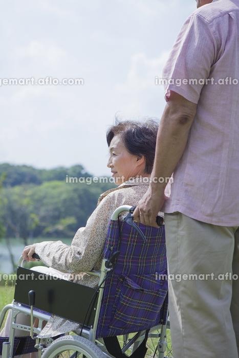 車椅子で散歩をする夫婦の販売画像
