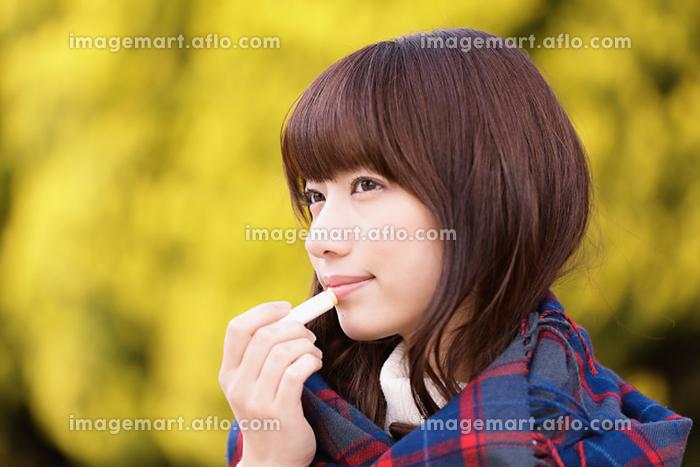 リップクリームを塗る日本人女性