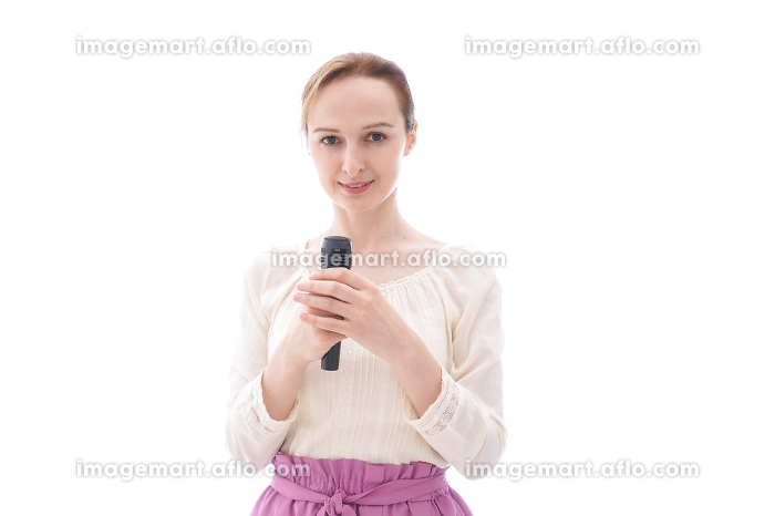 マイクで話す笑顔の若い女性の販売画像