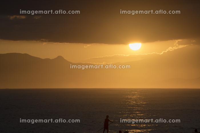 スタンドアップパドルサーフィンと夕日の販売画像