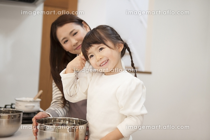 母親と料理をする女の子