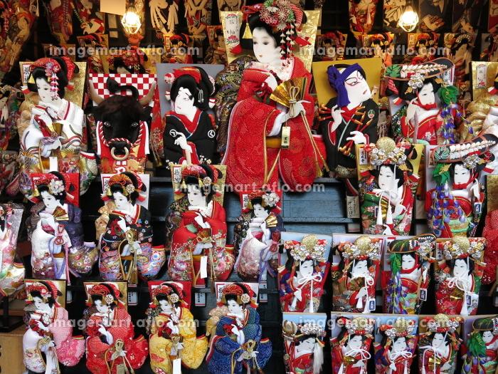 浅草寺歳の市(羽子板市)の露店にずらりと並ぶ押絵羽子板の販売画像