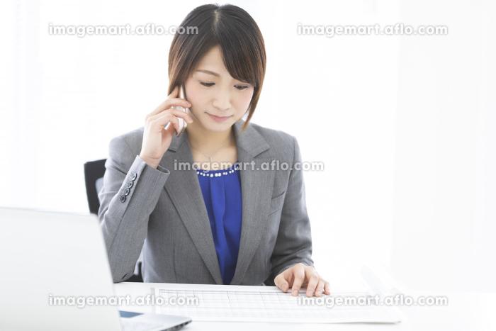 通話しているビジネスウーマンの販売画像
