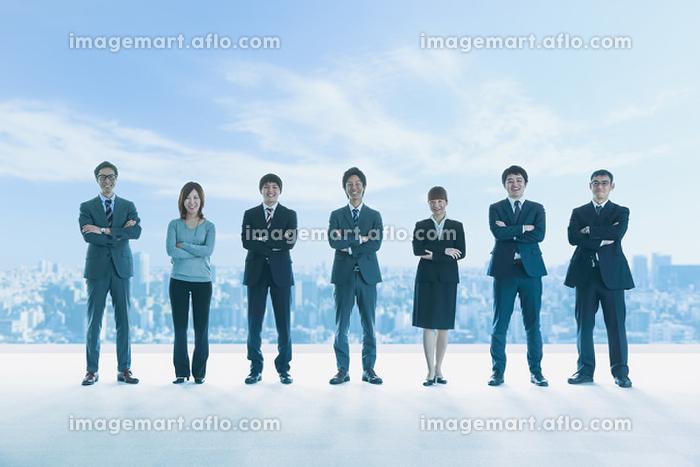 腕を組み並ぶ笑顔のビジネスパーソン達の販売画像