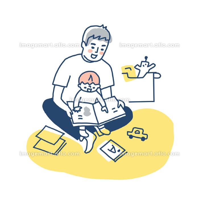 膝の上で抱っこしながら絵本を読む父と男の子の販売画像