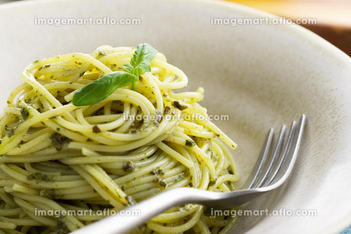 ナチュラルな背景で撮影された、バジルソースのスパゲティー の販売画像
