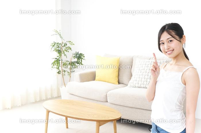 ビューティーアドバイスをする女性の販売画像