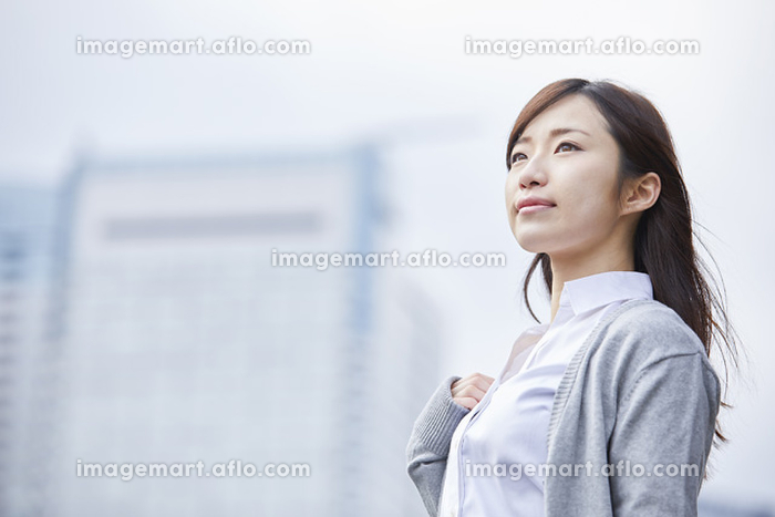 遠くを見る若い日本人女性