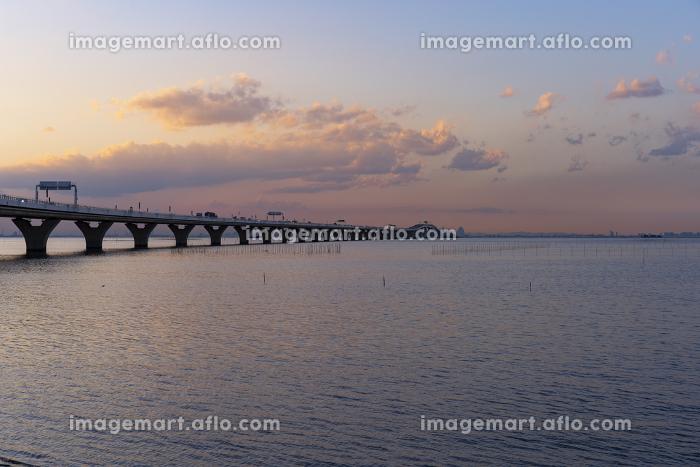 海上を走る高速道路のある夕景(東京湾アクアライン)の販売画像