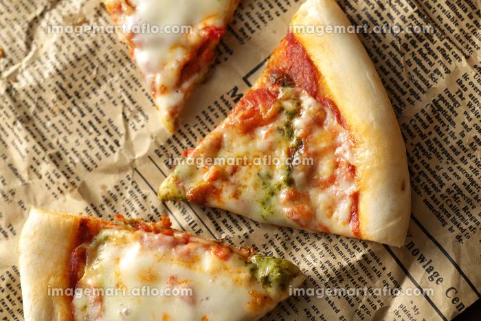 英字新聞に切り分けたピザの販売画像