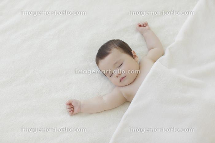 ベッドで眠る赤ちゃん