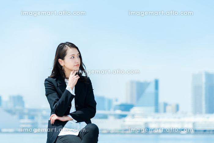 腕組みをして考える女性・ビジネスイメージの販売画像