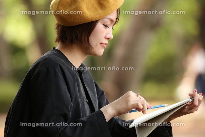 絵を描く女性の販売画像