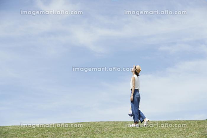 青空を見上げる日本人女性
