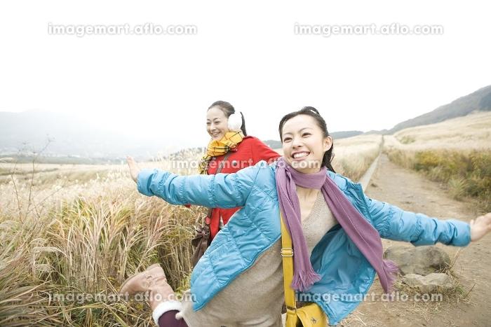 観光地ではしゃぐ女性2人の販売画像