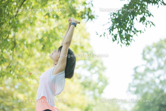 運動中に深呼吸をする女性の販売画像