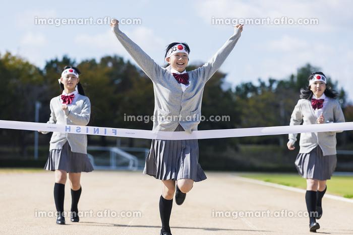 走る高校生の販売画像