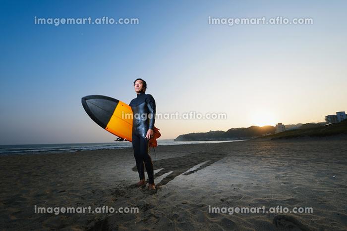 サーフボードを持つサーファーの販売画像