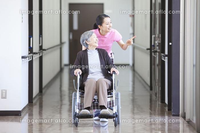 介護士さんと車椅子に乗ったおばあちゃんの販売画像