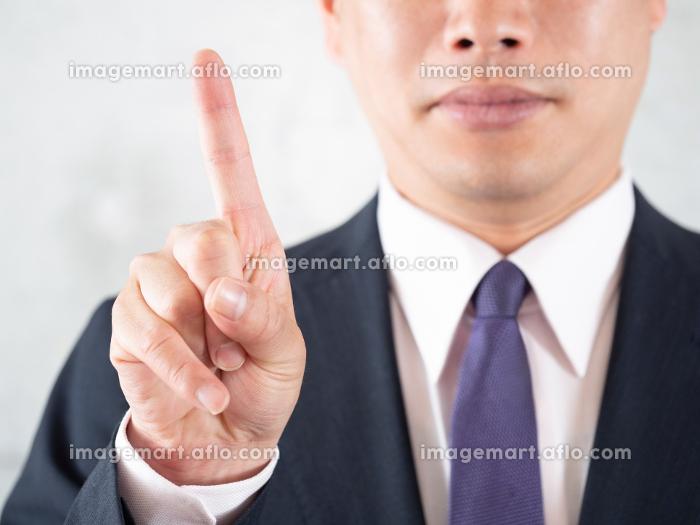脱毛のポイント1番の指差しをする男性の販売画像