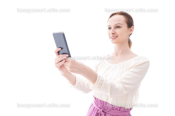 セルフィーを撮影する若い女性の販売画像