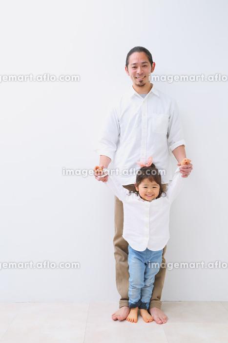 手を繋ぐ日本人親子