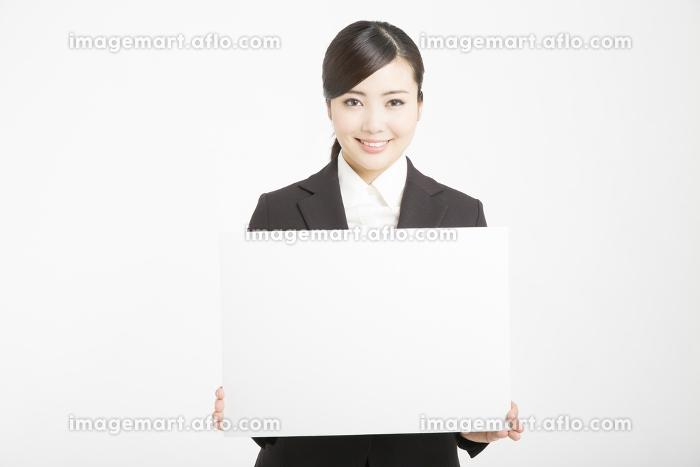 メッセージボードを持つ女性新入社員の販売画像