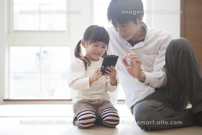 スマホで遊ぶ親子