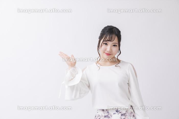 白背景でポーズをとる女性の販売画像