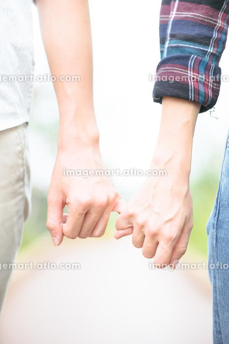 手をつなぐカップル(ボディパーツ・アップ)の販売画像