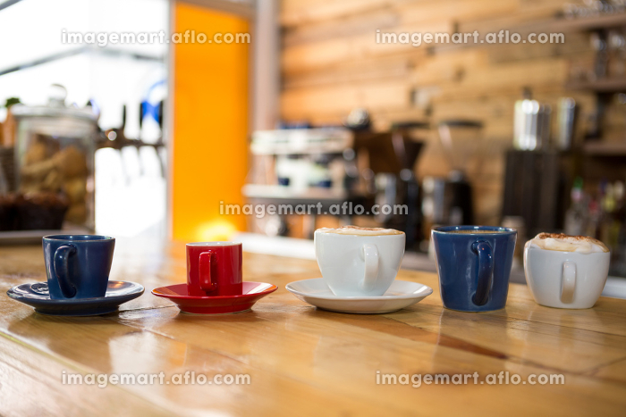 Coffee cups on table in cafeteriaの販売画像