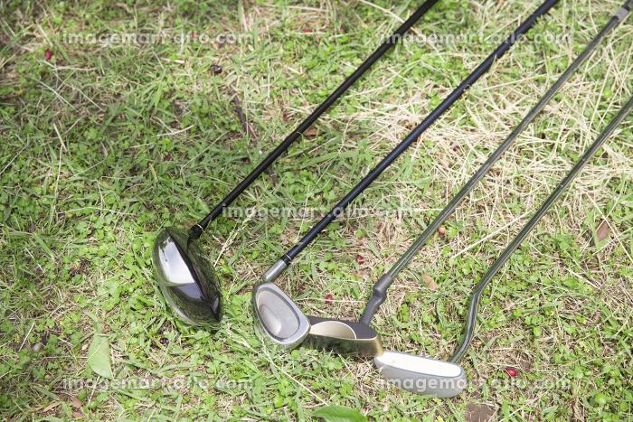 芝生の上のゴルフクラブの販売画像