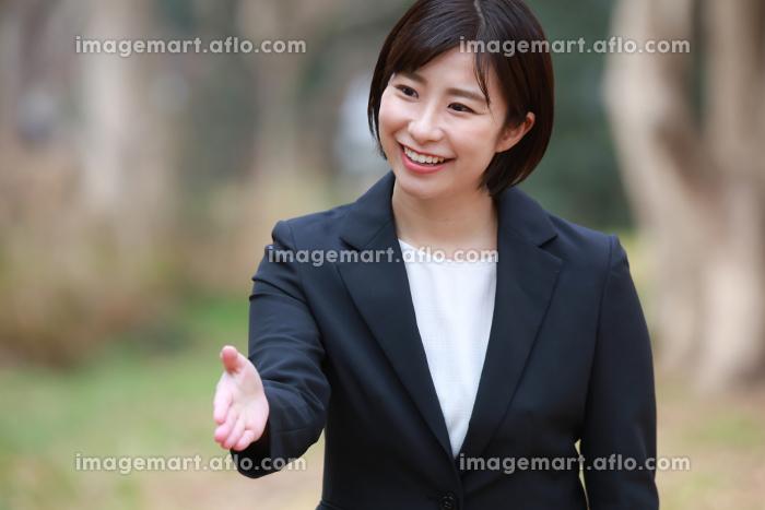 握手する女性社員の販売画像
