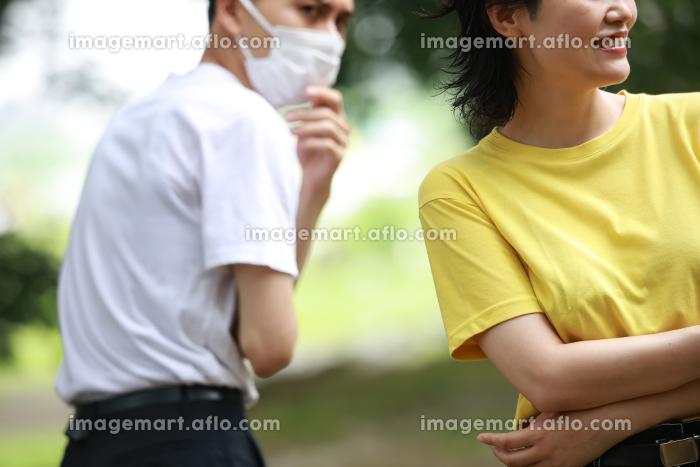 マスクを着けていない女性を嫌がる男性の販売画像