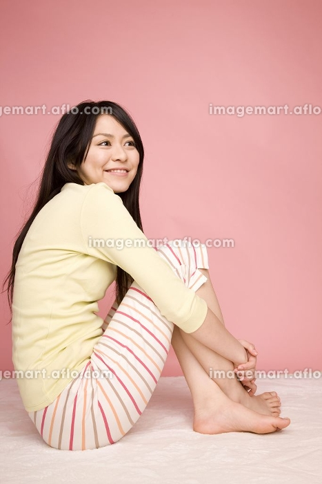 体育座りをしている女性の販売画像