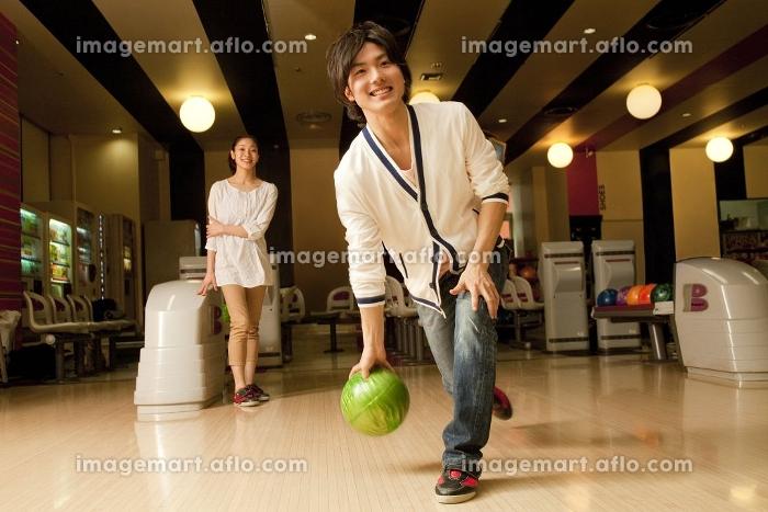 ボウリングをする男女の販売画像
