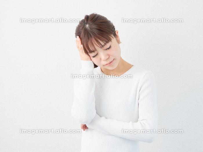 頭が痛いアジア人女性の販売画像