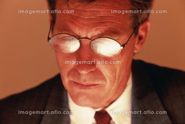 眼鏡をかけたビジネスマンのアップの販売画像