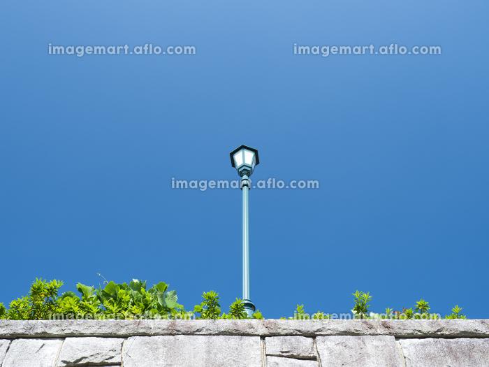 青空と塀の上の街灯の販売画像