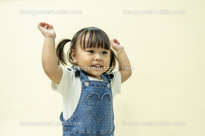 2歳児のかわいい女の子の販売画像