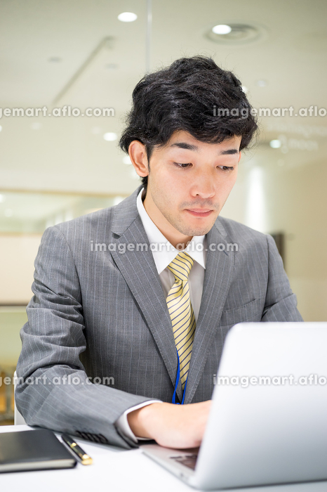ビジネスイメージ(男性・オフィス・真剣)の販売画像