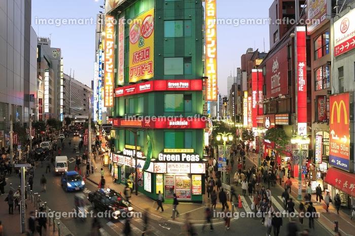 新宿駅東南口の夕景の販売画像