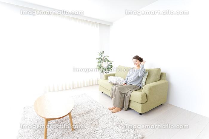 家で指差す女性の販売画像