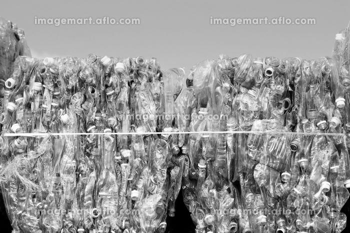 リサイクル施設の積み上げられたペットボトルの山の販売画像