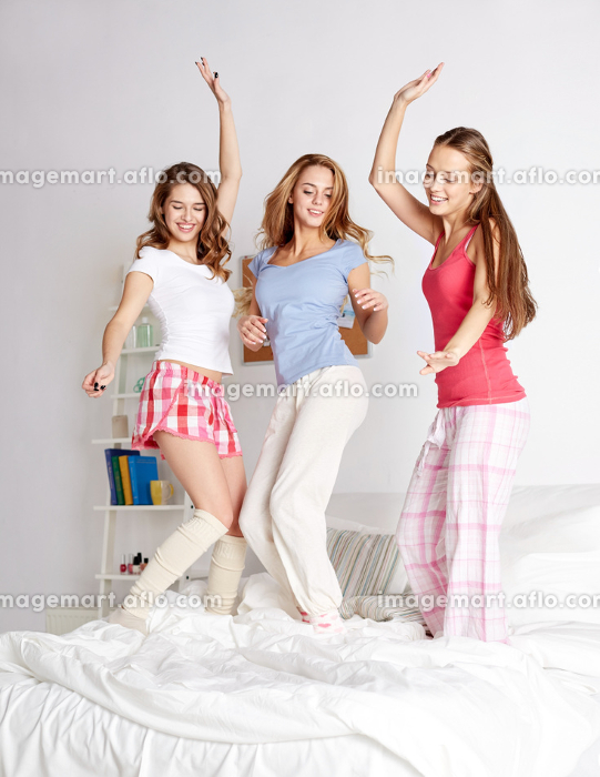 happy friends or teen girls having fun at homeの販売画像