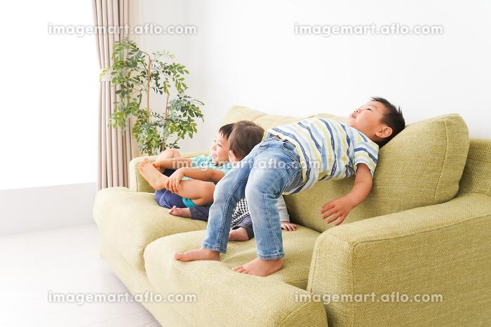 家で楽しく遊ぶ子どもたちの販売画像