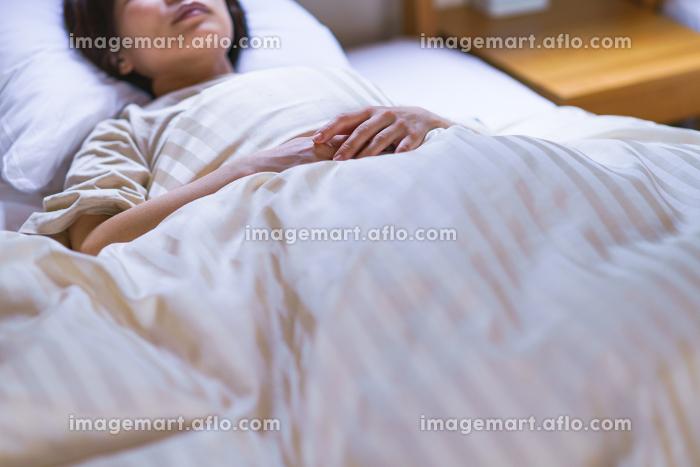 寝苦しい夏に寝付けないまま朝を迎えた中年女性【ライフスタイル】の販売画像