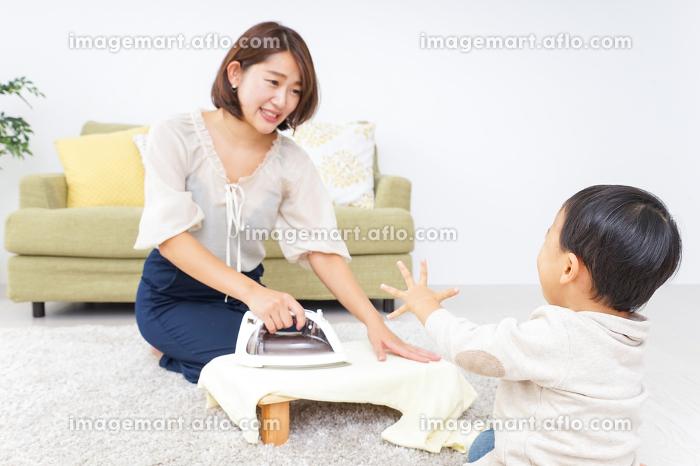 家事をするお母さんと子供の販売画像