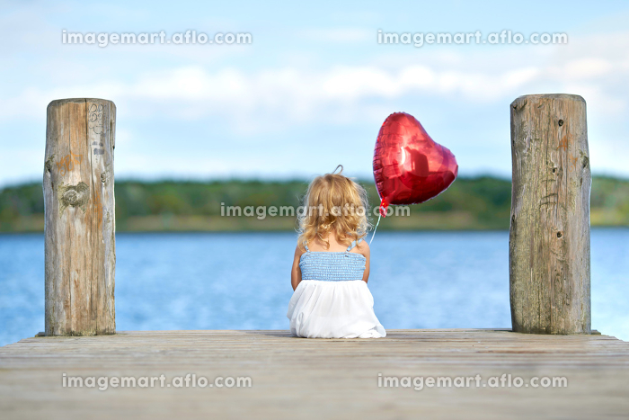 holidays on the lake,girls with heart balloonsの販売画像