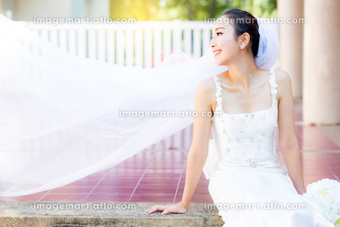 bride is sitting with flowers. Beautiful Young woman posing in pの販売画像